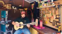 Rafael Teixeira posa em sua oficina de violas em Batatais: 'vivo isso'